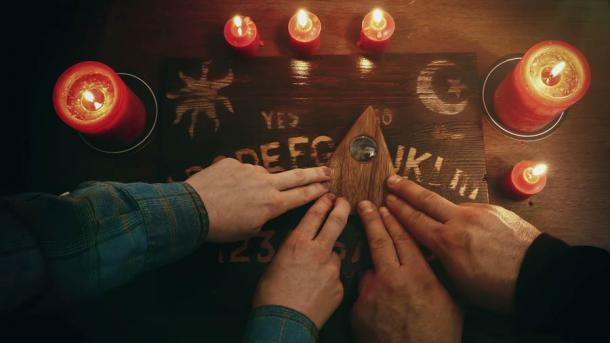 Partecipanti a un gioco Ouija.