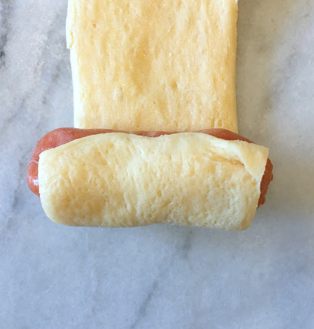 Fun Food Ideas for an Academy Awards Party in front of the TV - mini Pink's Hot Dogs to celebrate La La Land - www.jacolynmurphy.com