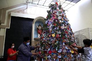 Komunitas Muslim Surabaya Ikut Hias Pohon Natal Pakai Masker