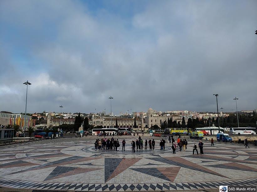Mapa no chão em frente ao |Padrão dos Descobrimentos - O que fazer em Lisboa, Portugal