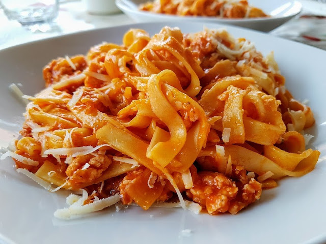Tallarines con salsa boloñesa rápida