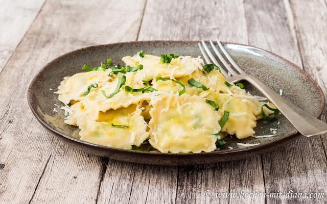 Ravioli mit Bärlauch-Ricotta-Füllung