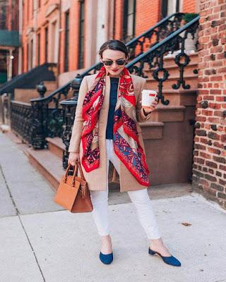 outfit con bufanda roja larga