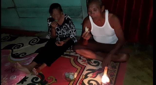 Buka Puasa Hanya Ditemani Lampu Teplok, Pasangan Lansia ini Tetap Bersyukur