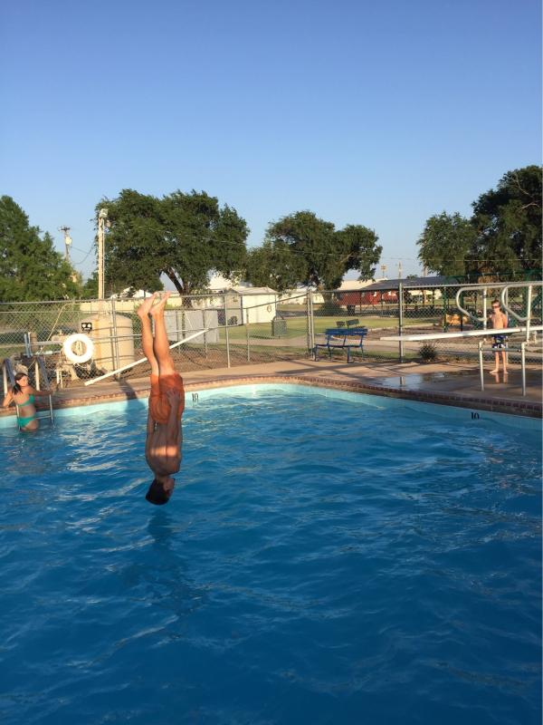 pulos na piscina