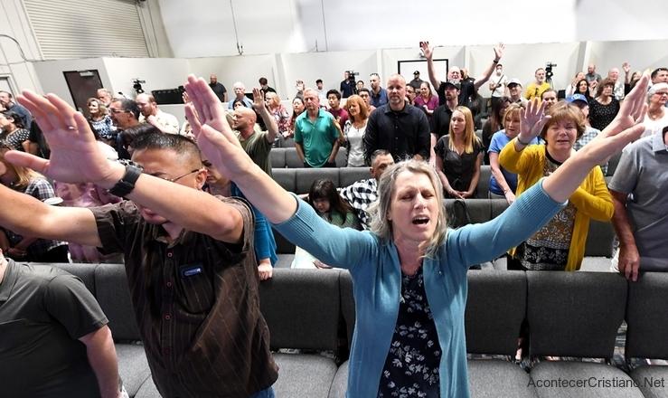 Cristianos estadounidenses adorando en iglesia