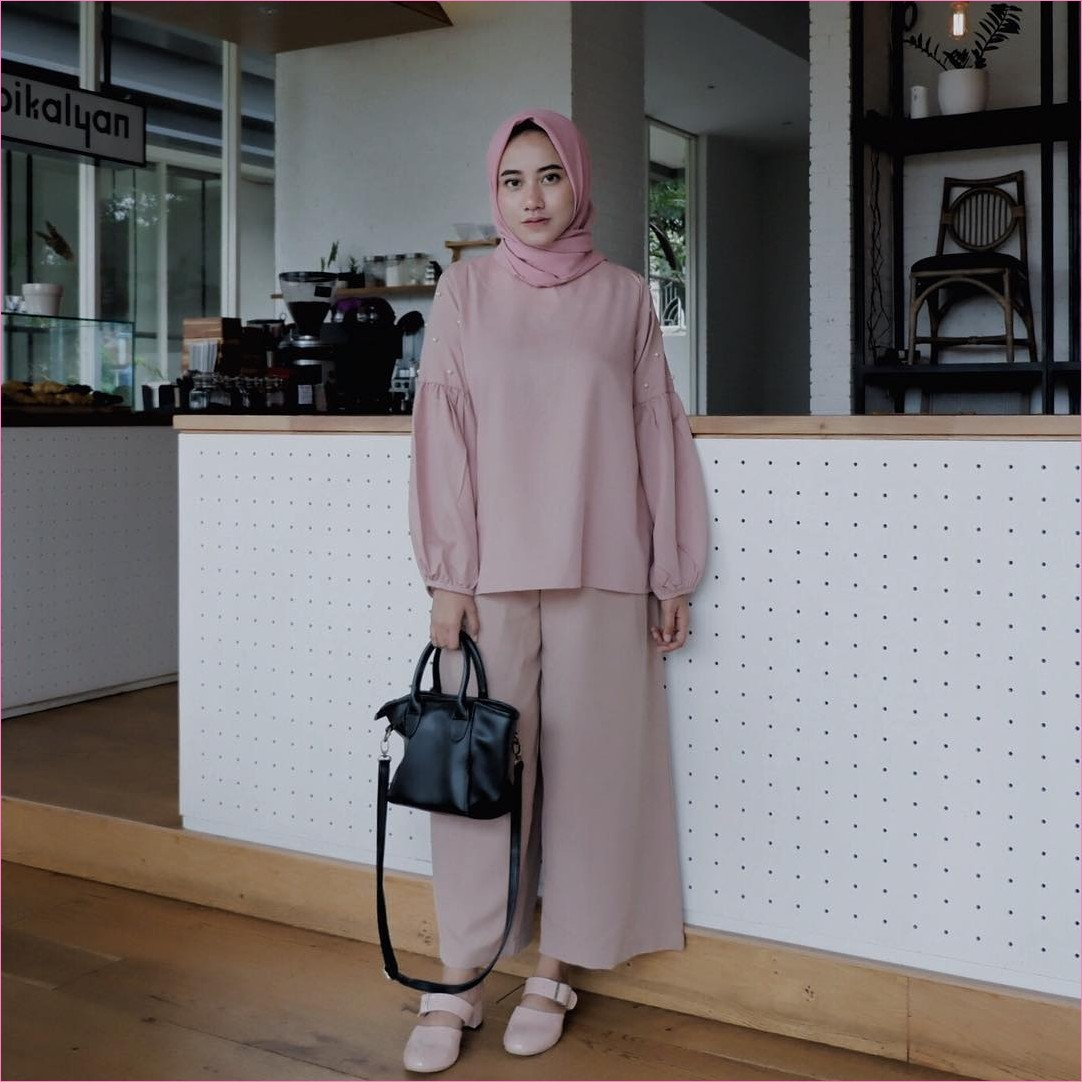 Outfit Celana Cullotes Untuk Hijabers Ala Selebgram 2018 top blouse cullotes pallazo lace ups loafers and slip ons hijab square satin pashmina diamond baby pink ootd trendy slingbags hitam