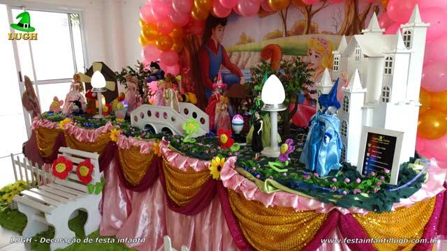 Decoração de festa da Bela Adormecida - Mesa de tecido luxo