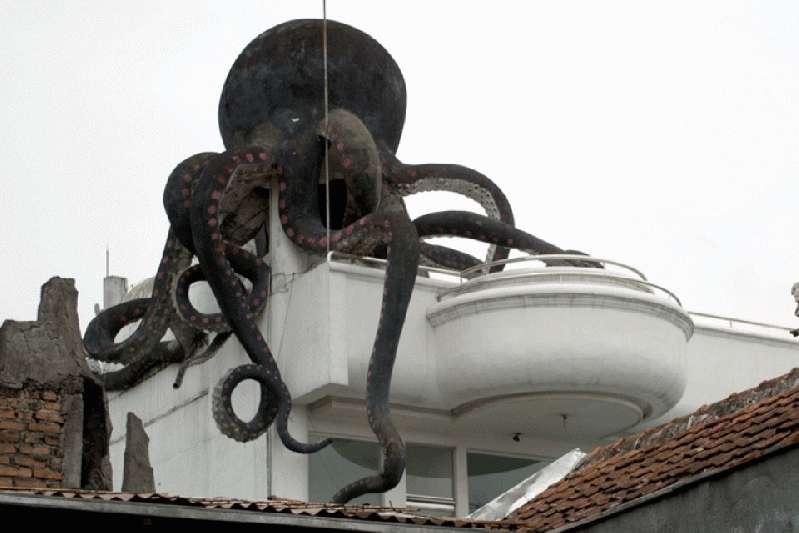 Menelisik Keangkeran Rumah Patung Gurita Bandung