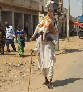 गुजरात के 80 वर्षीय एक बजुर्ग भक्त , जो लगभग 40 से 50 किलो के कपड़े के घोड़े को लेकर पदयात्रा करते हुए रामदेवरा