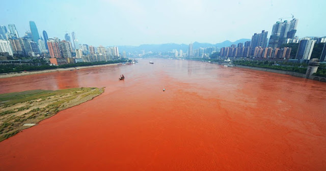نهر اليانغتسى فى الصين يتحول الى اللون الأحمر