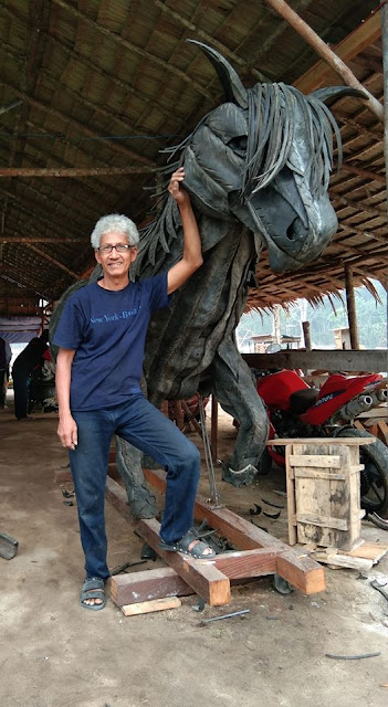 nana bintan pembuat patung raksasa dari ban bekas
