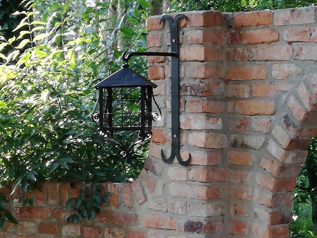 mur z cegły rozbiórkowej w ogrodzie