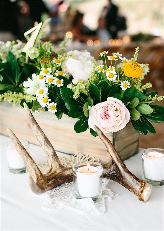 madera de deriba y detalles florales sobre mesa de boda chicanddeco