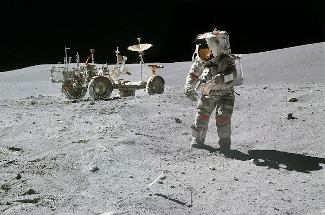 Аполло́н-16 Лунный ровер Астронавт работает