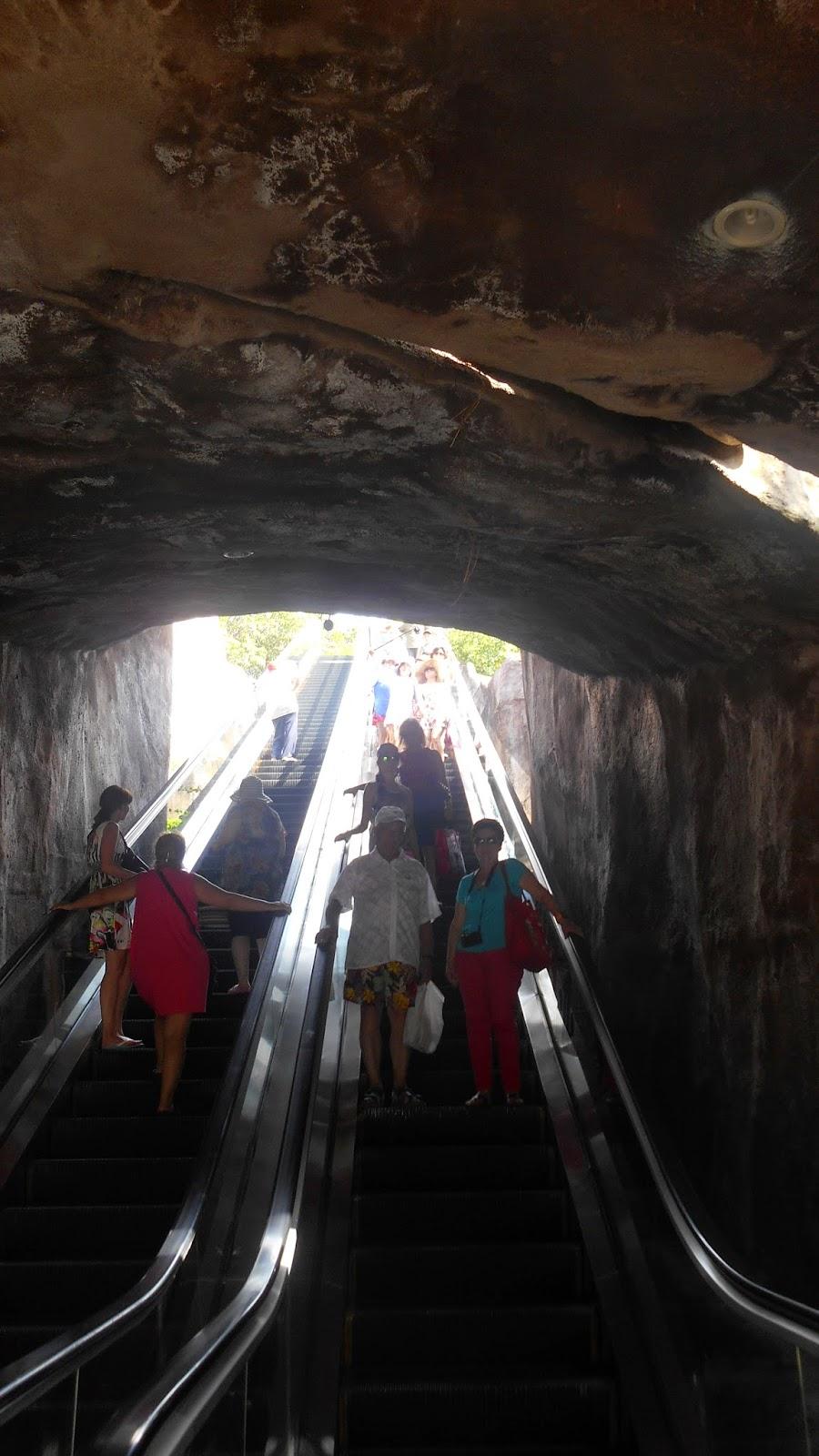 эскалатор для спуска на нижний ярус острова