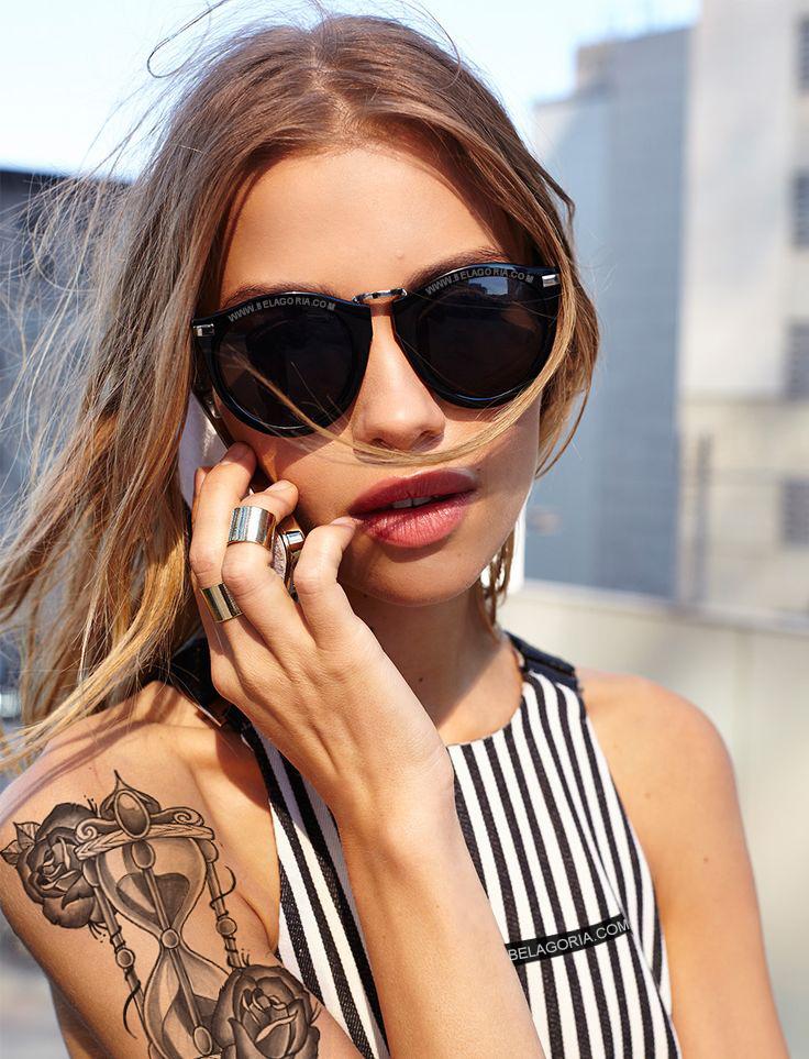 Vemos una modelo con tatuaje de reloj de arena