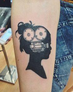 Tatuaje cabeza de mujer con figura interior de cámara de cine