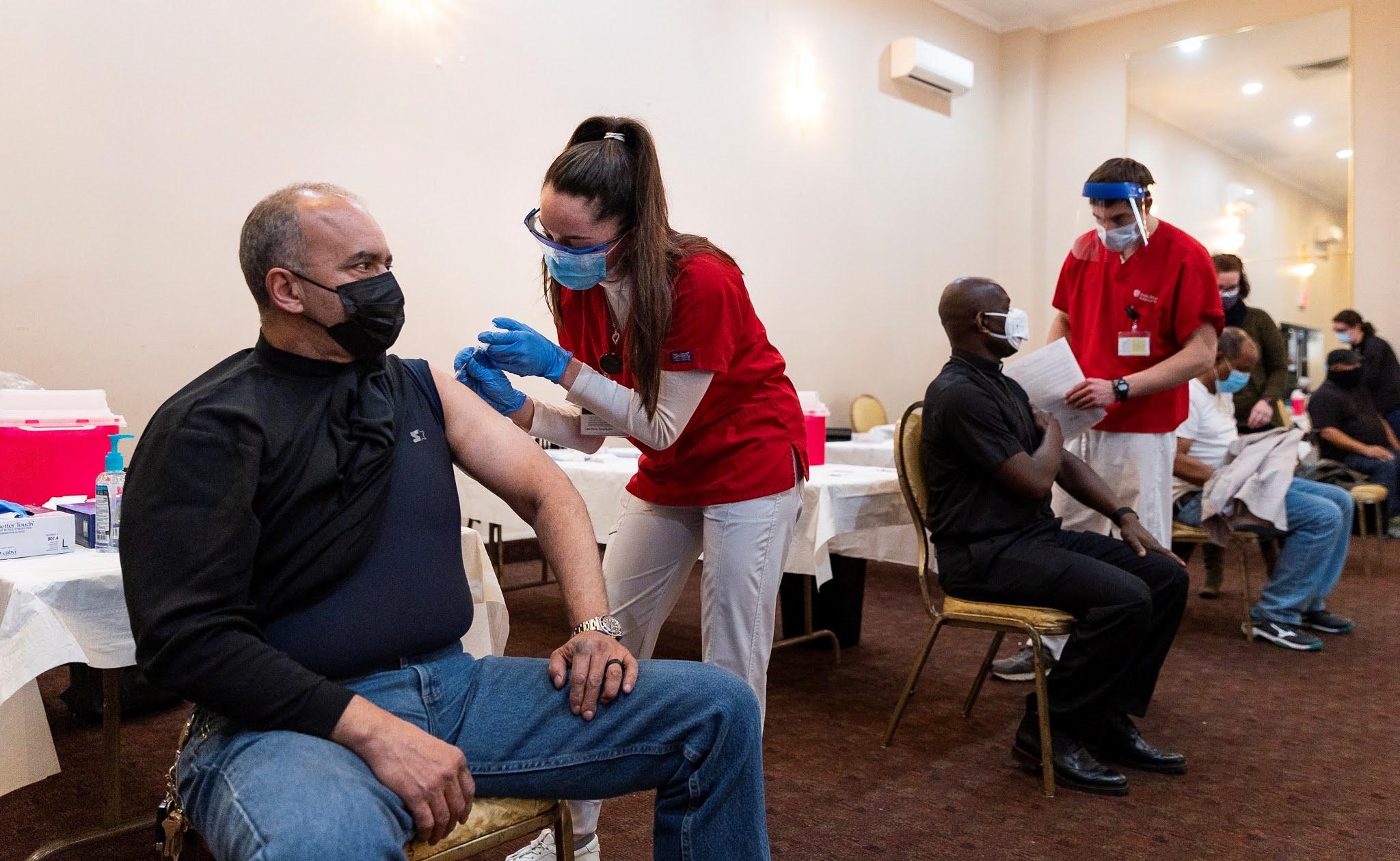 La nueva guía de los CDC para los vacunados: Pueden visitar a familiares y amigos no vacunados, pero un hogar a la vez