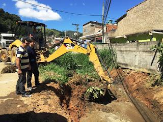 Secretários Carlos Teixeira e Raphael Teixeira acompanham limpeza de rio na Quinta Lebrão