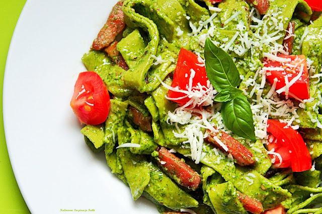 Tagliatelle z pesto, szynką i pomidorami