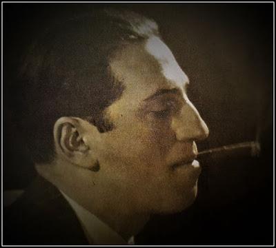 Φωτογραφία προφίλ του Τζορτζ Γκέρσουιν με ένα πούρο στο στόμα.