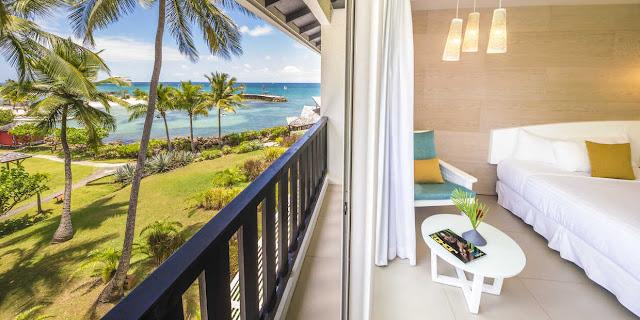 Chambre d'hôtel avec balcon et vue sur la mer