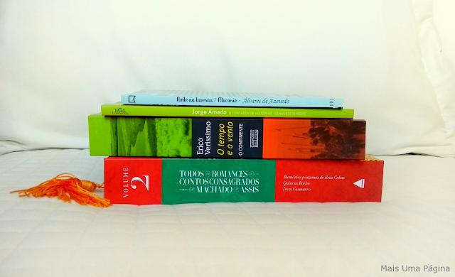 4 livros brasileiros empilhados