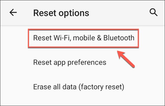 """في قائمة """"خيارات إعادة التعيين"""" ، انقر على خيار """"إعادة تعيين Wi-Fi والجوال والبلوتوث""""."""