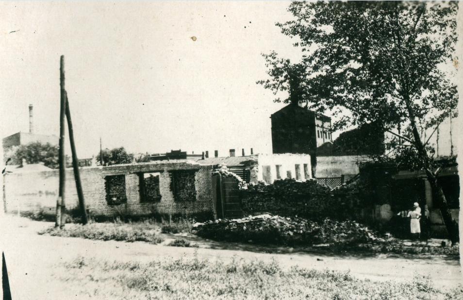 Разрушенное здание колбасной фабрики. Сентябрь 1943 г.