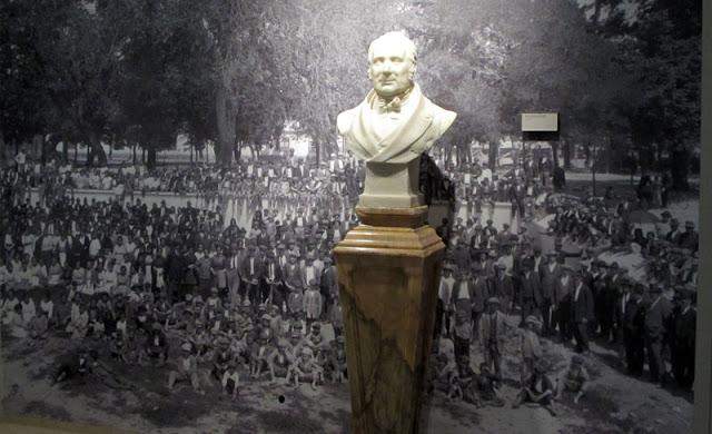 busto do fundador da fábrica da Vista Alegre e fotografia com funcinários