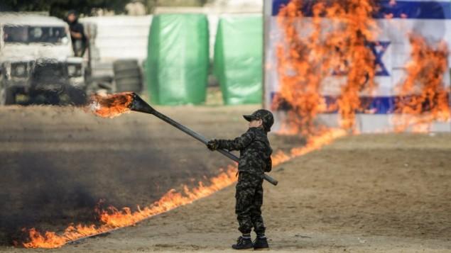 Niño árabe quema bandera de Israel