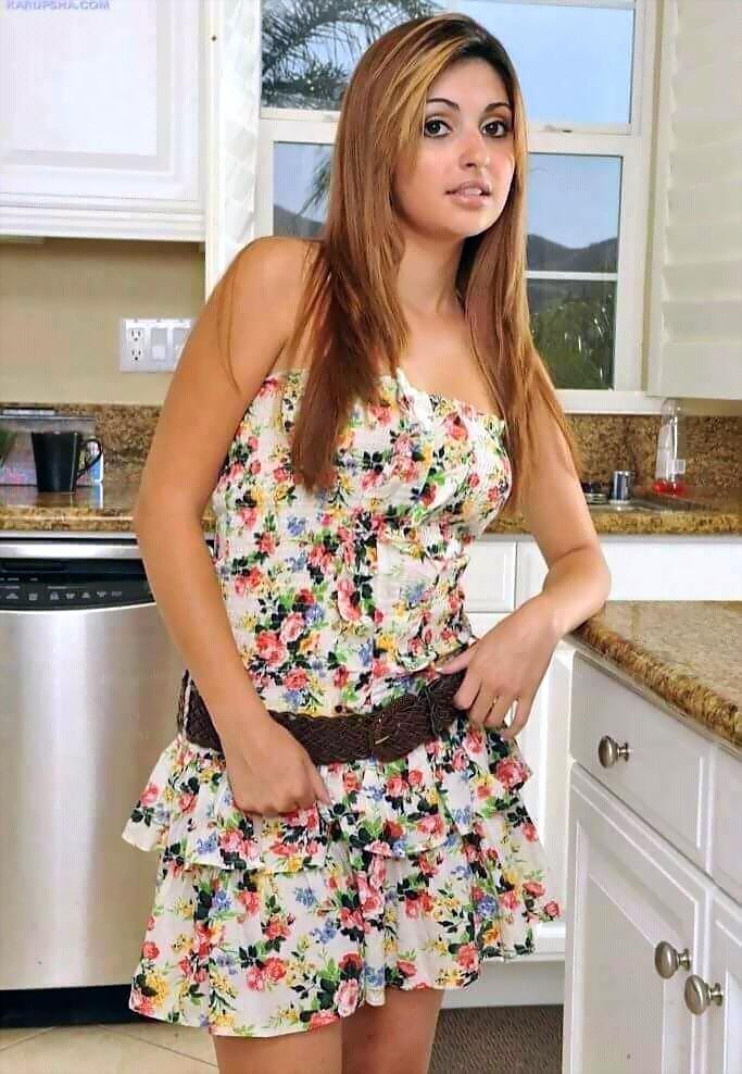 Natasha Malkova looks hot in floral dress