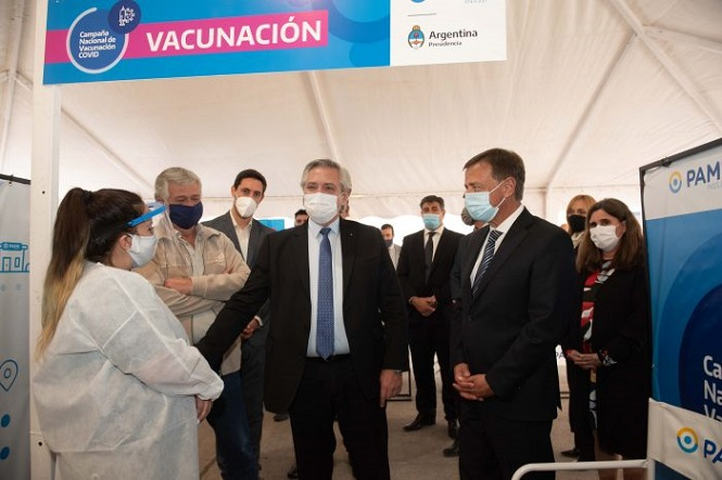 Fernández y Suarez recorrieron el centro de vacunación del PAMI en Mendoza