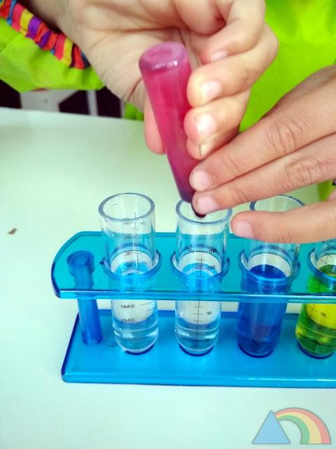 Añadiendo colorante rojo a un tubo de ensayo con agua