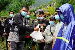 Bantu Warga Terdampak Pandemi, Kapolres Batang Bagikan Ratusan Paket Sembako Di Desa Terpencil Bawang