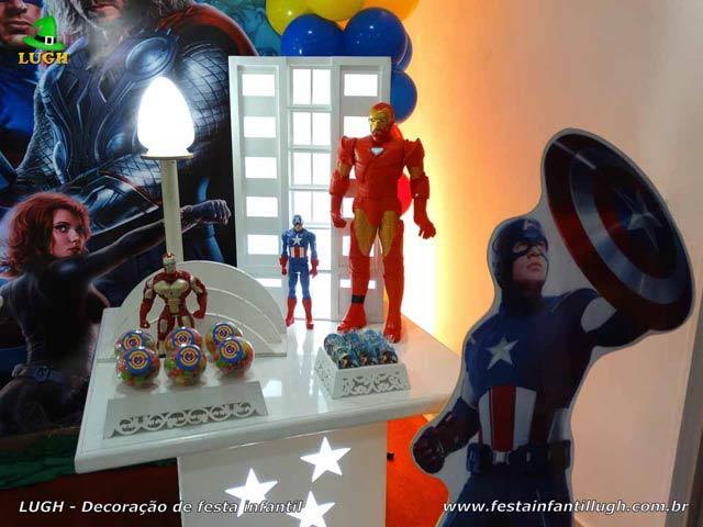 Mesa temática Os Vingadores para festa de aniversário masculino