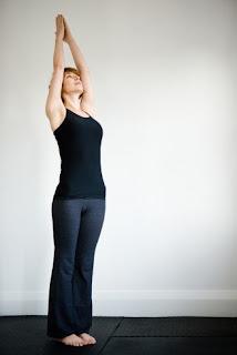 Yoga di RUmah Upward Hand Pose