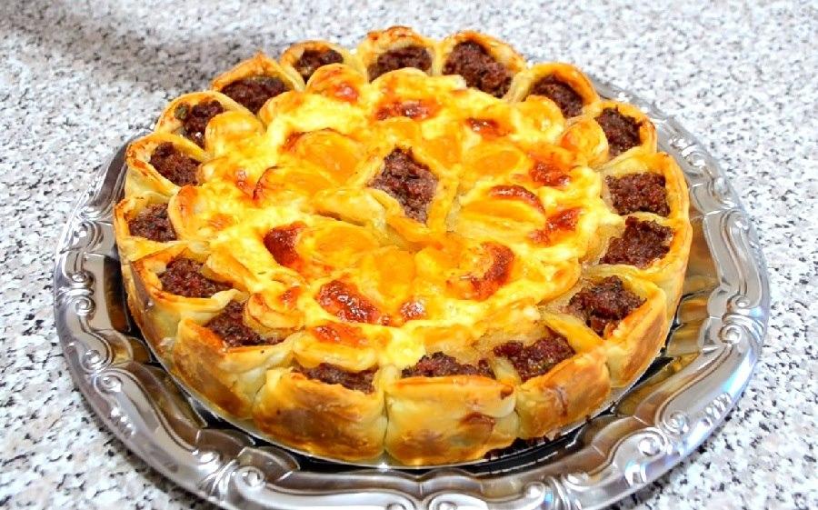 Новый вариант пирога Хризантема: с фаршем и сыром, из слоеного теста