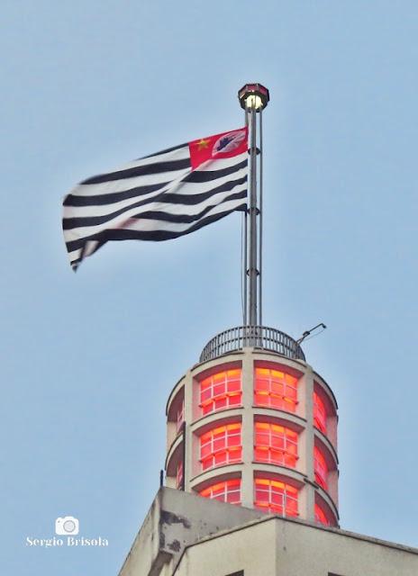 Close-up do Farol do Banespão com a Bandeira de São Paulo - Centro - São Paulo