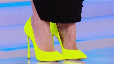 Ilary Blasi scarpe tacchi giallo fluorescente Isola dei famosi 5 aprile
