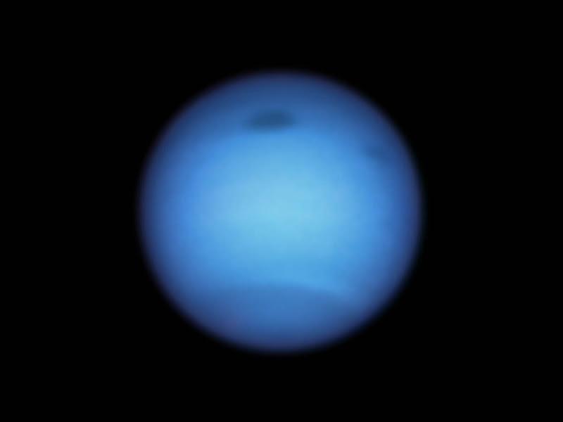 Curiosos pontos escuros de Netuno