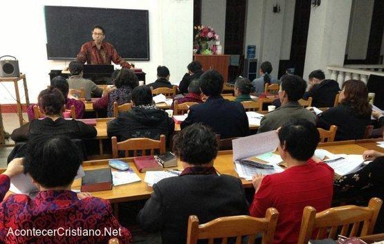 Estudiantes de inglés aprenden el Evangelio