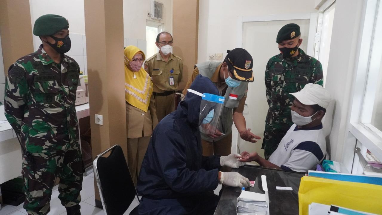 Yonif PR 502 Kostrad Bagikan Bantuan Alat Rapid Tes di Malang