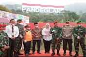 Dandim 0601/Pandeglang Saksikan Pengibaran Bendera Raksasa di Gunung Karang