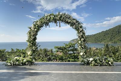 Arco para ceremonia de boda con decoración en un lugar frente al mar