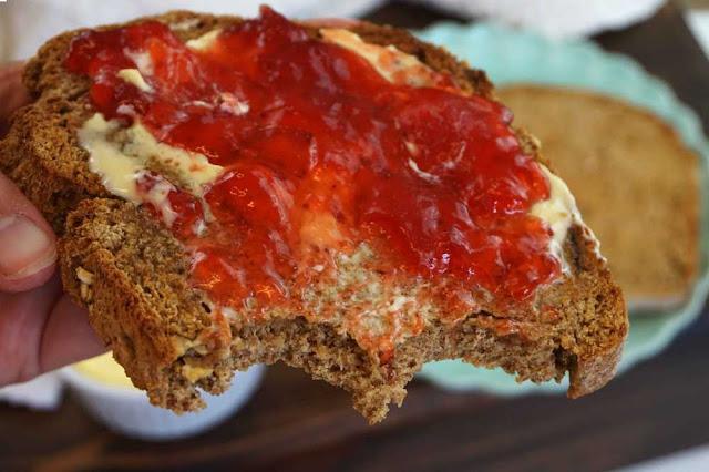 tosta de pan de soda con mermelada