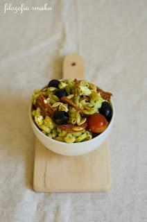 salatka z feta, salami, pesto ze szpinaku