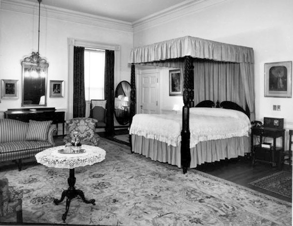 houses and styling i love the queens 39 bedroom the white house. Black Bedroom Furniture Sets. Home Design Ideas