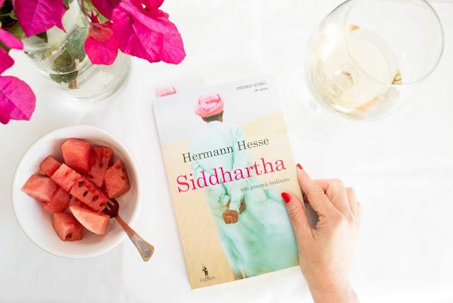 Um bom livro Siddhartha de Hermann Hesse e um copo de vinho
